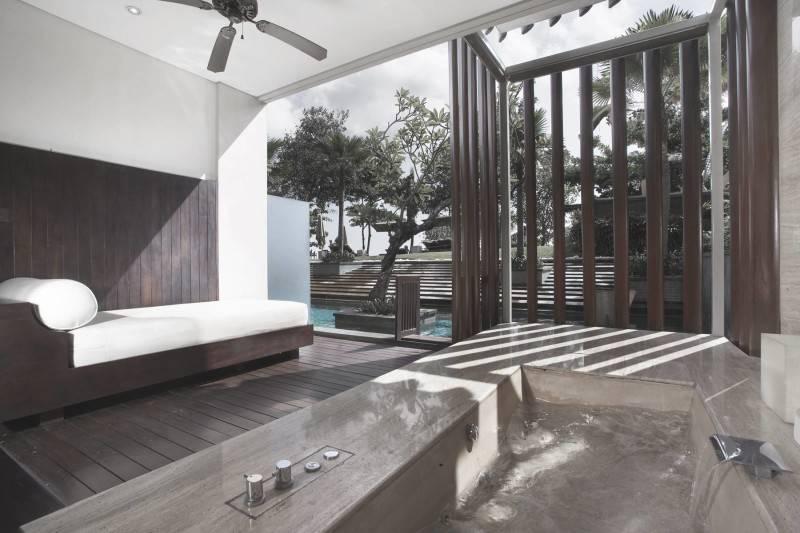 Foto inspirasi ide desain kamar mandi modern Bathroom resort oleh Antony Liu + Ferry Ridwan / Studio TonTon di Arsitag