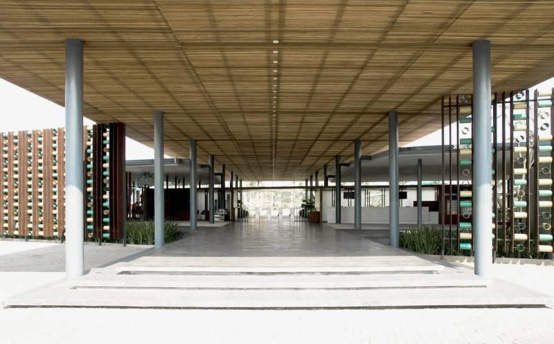 Foto inspirasi ide desain pintu masuk minimalis Entrance hall oleh Antony Liu + Ferry Ridwan / Studio TonTon di Arsitag