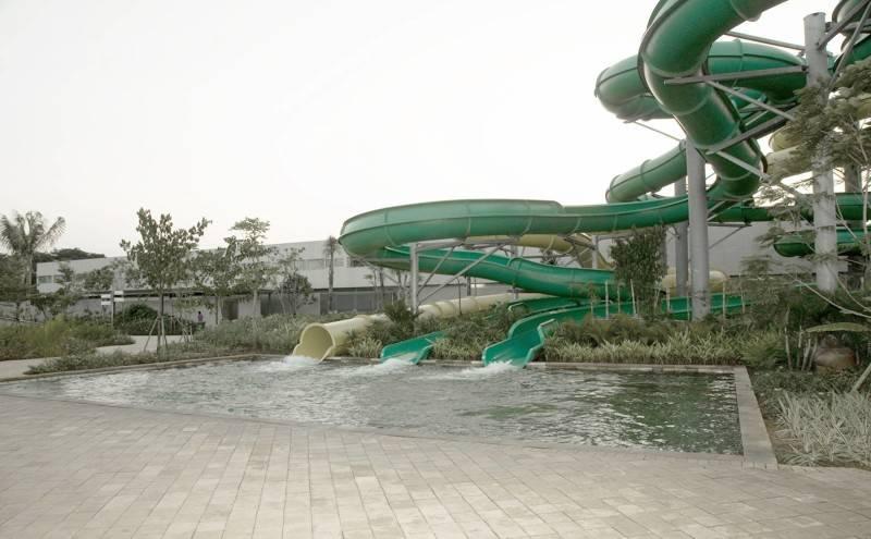 Foto inspirasi ide desain kolam minimalis Waterpark slide oleh Antony Liu + Ferry Ridwan / Studio TonTon di Arsitag