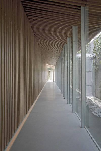 Foto inspirasi ide desain koridor dan lorong modern Bea house - corridor oleh Antony Liu + Ferry Ridwan / Studio TonTon di Arsitag