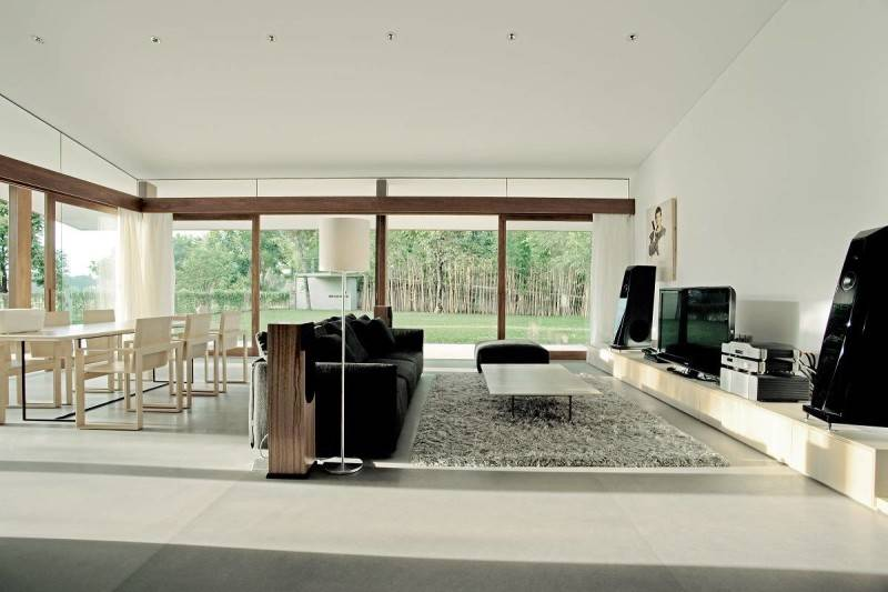 Foto inspirasi ide desain ruang keluarga modern Bea house - living room oleh Antony Liu + Ferry Ridwan / Studio TonTon di Arsitag