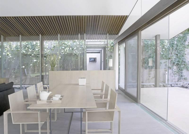 Foto inspirasi ide desain ruang makan Bea house - dining room oleh Antony Liu + Ferry Ridwan / Studio TonTon di Arsitag
