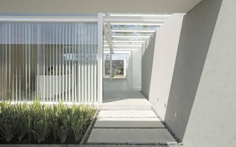 Foto inspirasi ide desain rumah modern Terrace oleh Antony Liu + Ferry Ridwan / Studio TonTon di Arsitag