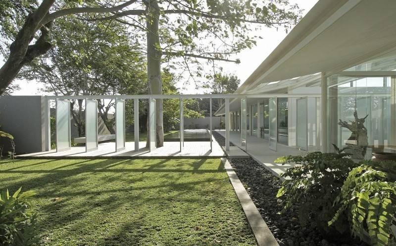 Foto inspirasi ide desain taman Courtyard oleh Antony Liu + Ferry Ridwan / Studio TonTon di Arsitag
