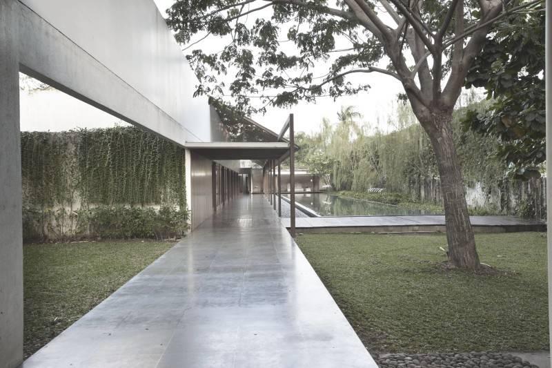 Foto inspirasi ide desain rumah modern Ew house - courtyard oleh Antony Liu + Ferry Ridwan / Studio TonTon di Arsitag
