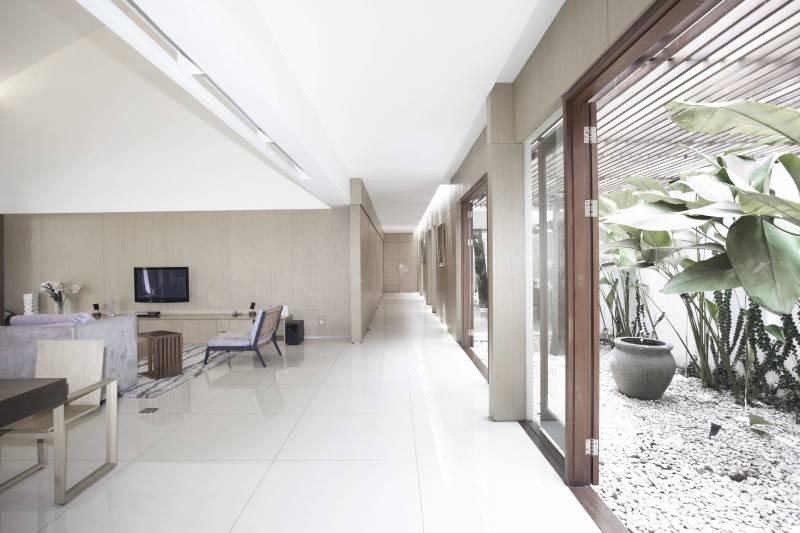 Foto inspirasi ide desain ruang keluarga modern Ew house - living room oleh Antony Liu + Ferry Ridwan / Studio TonTon di Arsitag