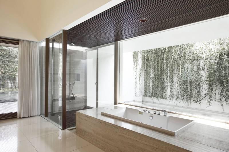 Foto inspirasi ide desain kamar mandi minimalis Ew house - bathroom oleh Antony Liu + Ferry Ridwan / Studio TonTon di Arsitag