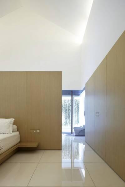 Foto inspirasi ide desain kamar tidur Bedroom oleh Antony Liu + Ferry Ridwan / Studio TonTon di Arsitag