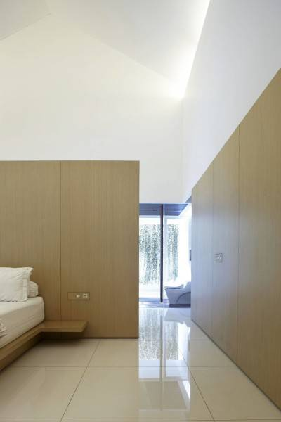 Foto inspirasi ide desain kamar tidur minimalis Bedroom oleh Antony Liu + Ferry Ridwan / Studio TonTon di Arsitag