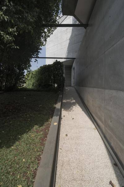 Foto inspirasi ide desain rumah tropis Js house - walkway oleh Antony Liu + Ferry Ridwan / Studio TonTon di Arsitag