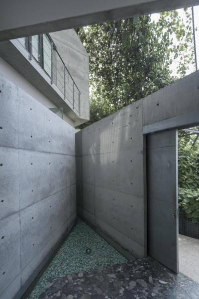 Foto inspirasi ide desain pintu masuk tropis Entrance area oleh Antony Liu + Ferry Ridwan / Studio TonTon di Arsitag