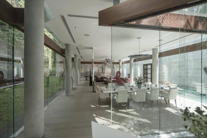 Foto inspirasi ide desain ruang makan Dining room oleh Antony Liu + Ferry Ridwan / Studio TonTon di Arsitag