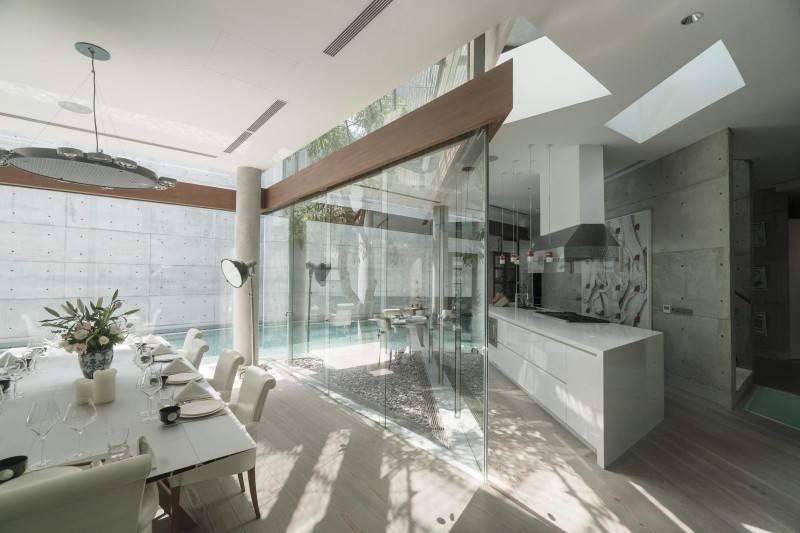 Foto inspirasi ide desain rumah modern Kitchen & dining room oleh Antony Liu + Ferry Ridwan / Studio TonTon di Arsitag
