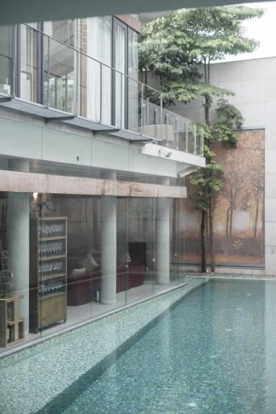 Foto inspirasi ide desain kolam modern Swimming pool area oleh Antony Liu + Ferry Ridwan / Studio TonTon di Arsitag