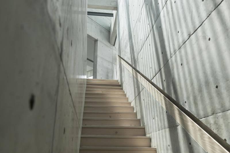 Foto inspirasi ide desain retail tradisional Js house - stairs oleh Antony Liu + Ferry Ridwan / Studio TonTon di Arsitag