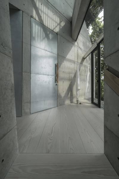 Foto inspirasi ide desain pintu masuk minimalis Js house - 2nd floor oleh Antony Liu + Ferry Ridwan / Studio TonTon di Arsitag