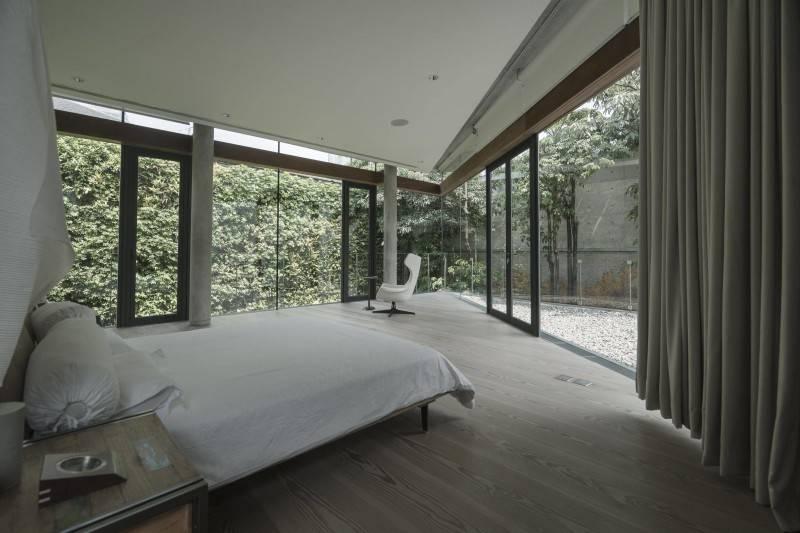 Foto inspirasi ide desain kamar tidur modern Bedroom oleh Antony Liu + Ferry Ridwan / Studio TonTon di Arsitag
