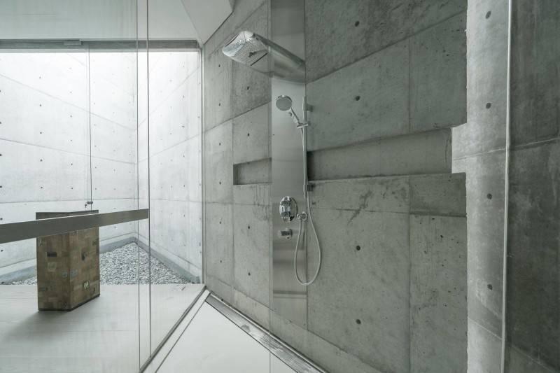 Foto inspirasi ide desain kamar mandi industrial Bathroom oleh Antony Liu + Ferry Ridwan / Studio TonTon di Arsitag