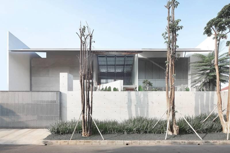 Foto inspirasi ide desain rumah modern Front view oleh Antony Liu + Ferry Ridwan / Studio TonTon di Arsitag