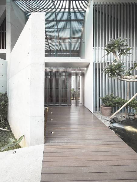 Foto inspirasi ide desain pintu masuk minimalis Entrance oleh Antony Liu + Ferry Ridwan / Studio TonTon di Arsitag
