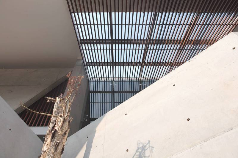 Foto inspirasi ide desain atap Ceiling oleh Antony Liu + Ferry Ridwan / Studio TonTon di Arsitag