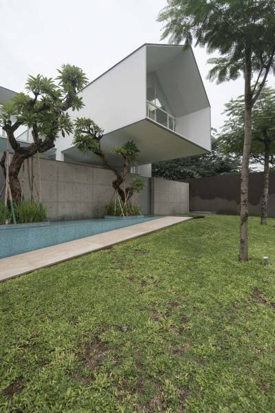 Foto inspirasi ide desain rumah modern Backyard oleh Antony Liu + Ferry Ridwan / Studio TonTon di Arsitag