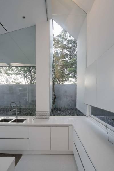 Foto inspirasi ide desain dapur modern Kitchen room oleh Antony Liu + Ferry Ridwan / Studio TonTon di Arsitag