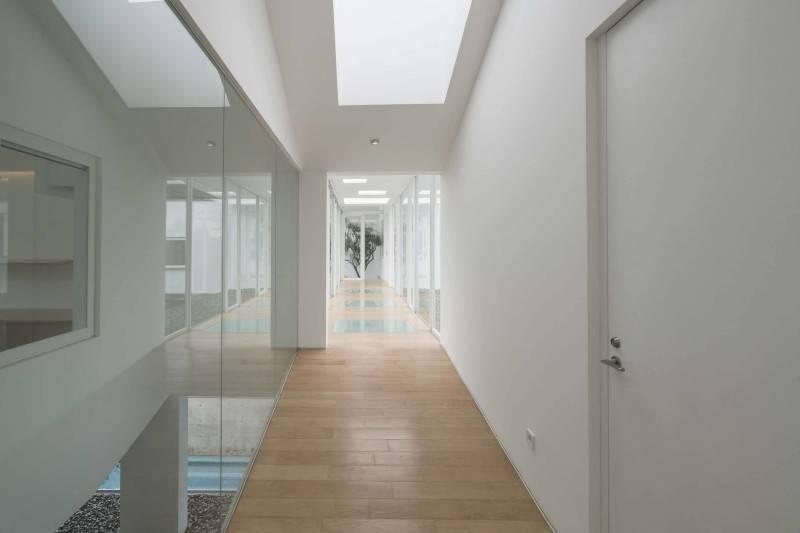 Foto inspirasi ide desain koridor dan lorong modern 2nd floor corridor oleh Antony Liu + Ferry Ridwan / Studio TonTon di Arsitag
