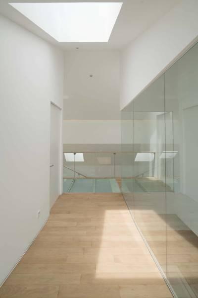 Antony Liu + Ferry Ridwan / Studio Tonton Is House Tangerang Tangerang 2Nd Floor Corridor Modern 8184