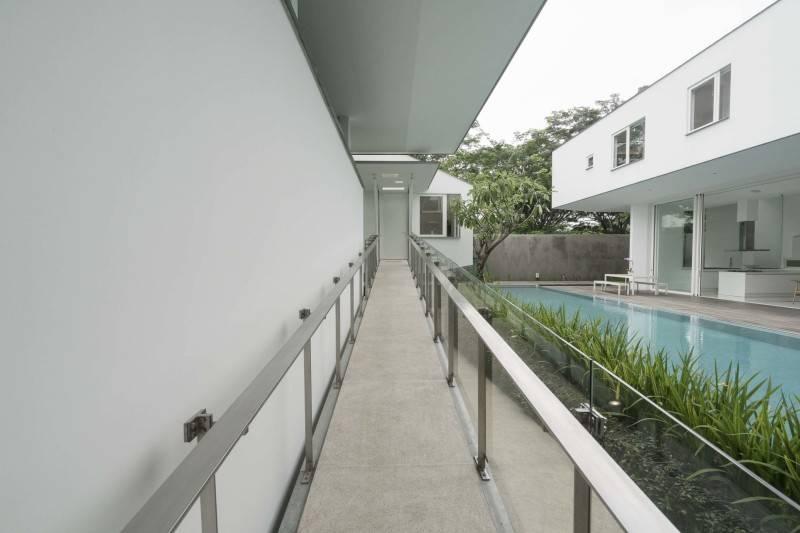 Antony Liu + Ferry Ridwan / Studio Tonton Is House Tangerang Tangerang Hallway Modern 8192