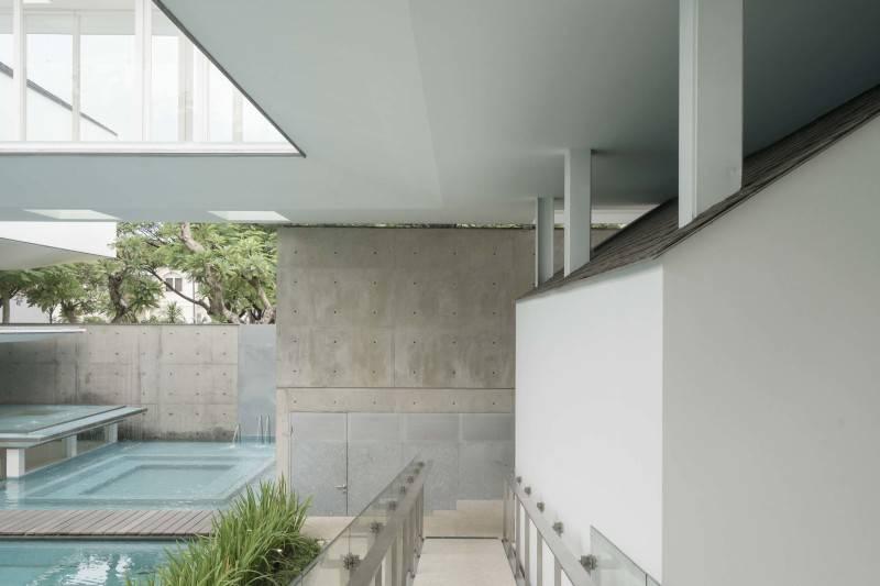 Antony Liu + Ferry Ridwan / Studio Tonton Is House Tangerang Tangerang Hallway Modern 8193