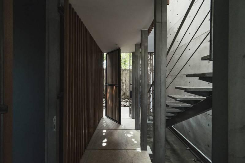 Foto inspirasi ide desain koridor dan lorong minimalis Corridor oleh Antony Liu + Ferry Ridwan / Studio TonTon di Arsitag