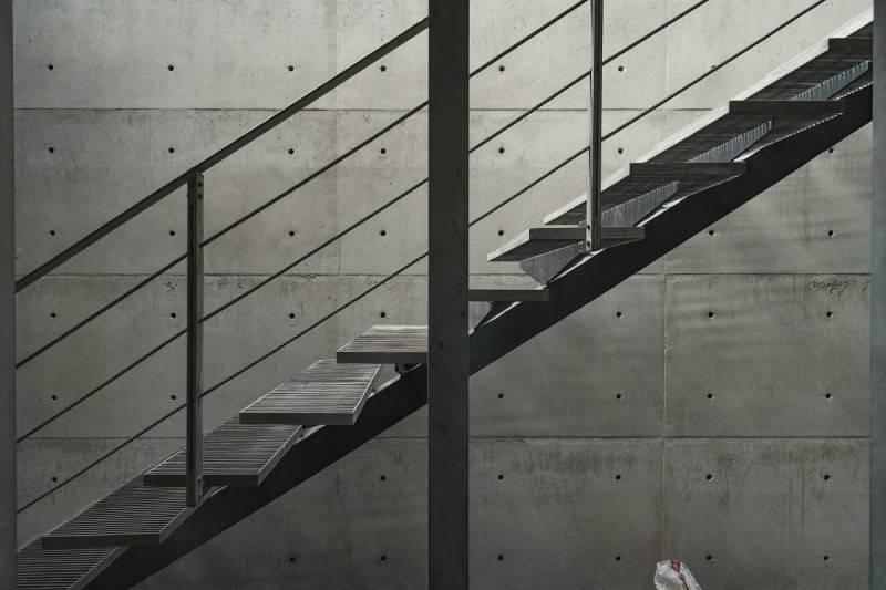 Foto inspirasi ide desain tangga minimalis Stairs oleh Antony Liu + Ferry Ridwan / Studio TonTon di Arsitag