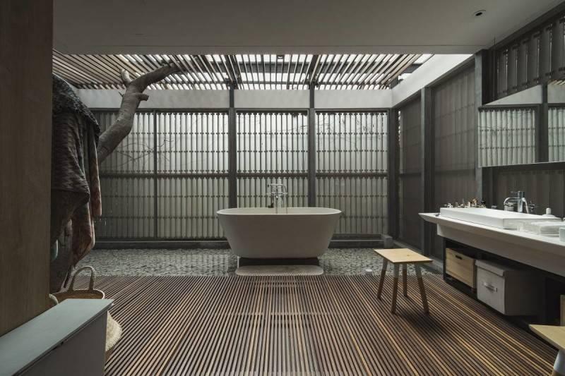 Foto inspirasi ide desain kamar mandi modern Bathroom oleh Antony Liu + Ferry Ridwan / Studio TonTon di Arsitag