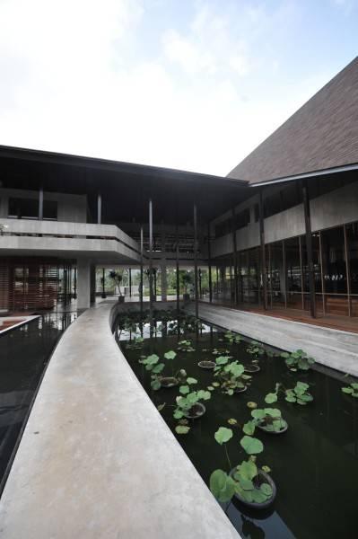 Foto inspirasi ide desain kolam tropis Walkway oleh andramatin di Arsitag