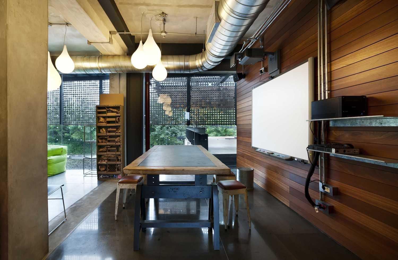 Foto inspirasi ide desain ruang meeting Meeting room oleh CHRYSTALLINE artchitect di Arsitag