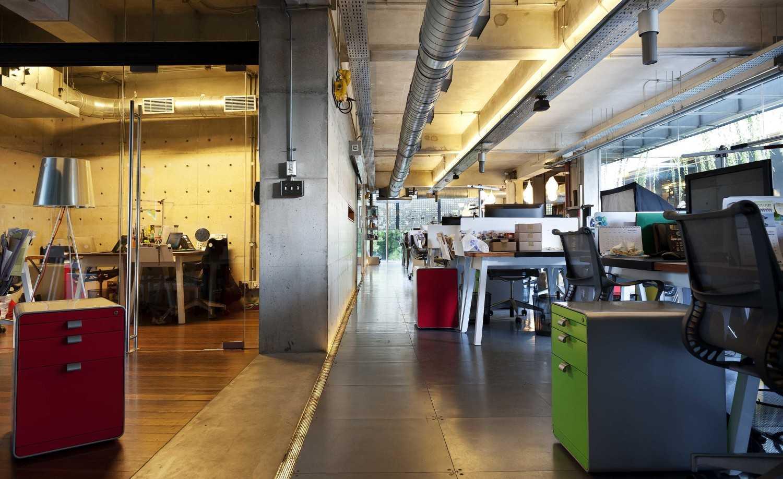 Foto inspirasi ide desain ruang kerja industrial Staff area oleh CHRYSTALLINE artchitect di Arsitag