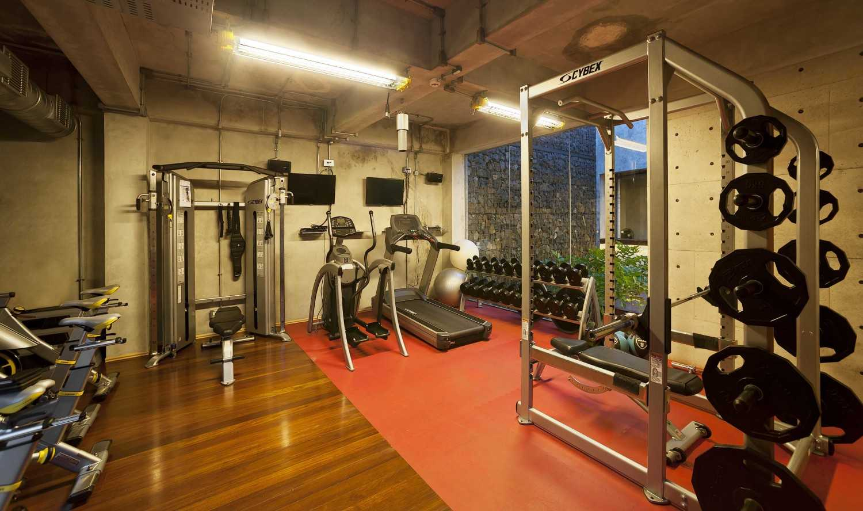 Foto inspirasi ide desain kantor industrial Gym area oleh CHRYSTALLINE artchitect di Arsitag
