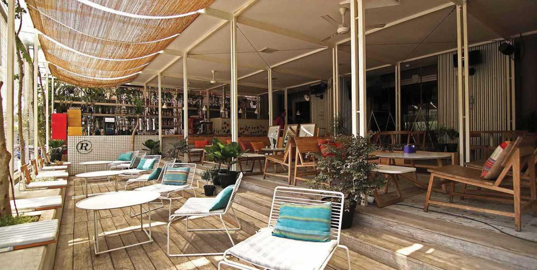 Foto inspirasi ide desain restoran Seating area restaurant oleh Platform Architects di Arsitag