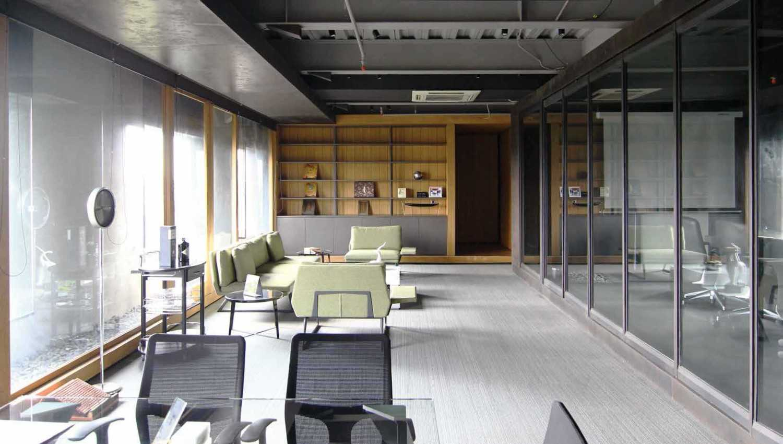 Foto inspirasi ide desain kantor industrial Lounge oleh Platform Architects di Arsitag