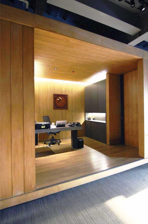 Foto inspirasi ide desain ruang kerja industrial Secretary area oleh Platform Architects di Arsitag