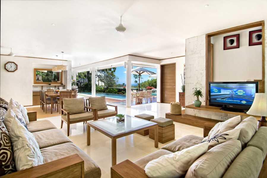 Foto inspirasi ide desain ruang keluarga tropis Living room oleh IMAGO DESIGN STUDIO di Arsitag