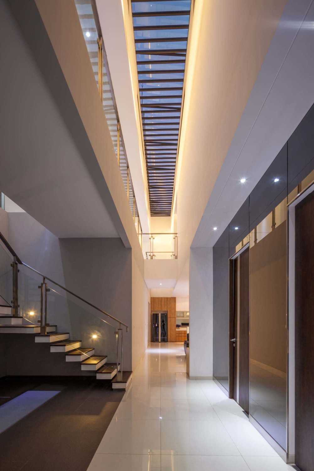 Dp+Hs Architects D+S House Jakarta, Indonesia Jakarta, Indonesia Corridor Modern 8524