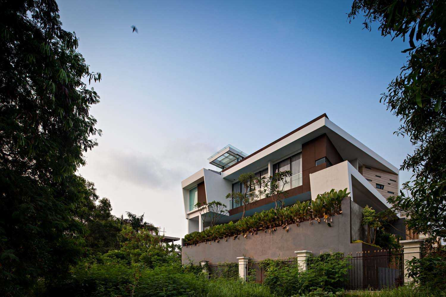 Dp+Hs Architects F+W House Jakarta, Indonesia Jakarta, Indonesia Side View Modern 8529
