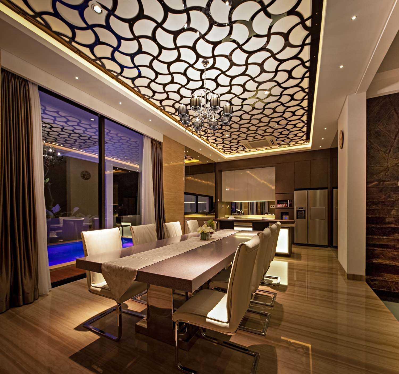 Foto inspirasi ide desain ruang makan minimalis Dining area oleh DP+HS Architects di Arsitag