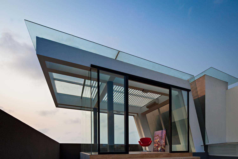 Foto inspirasi ide desain atap minimalis Rooftop area oleh DP+HS Architects di Arsitag