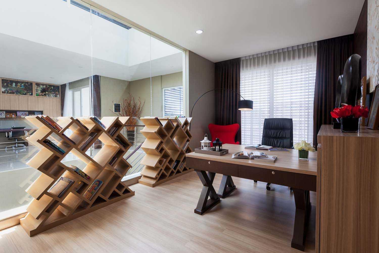 Foto inspirasi ide desain ruang kerja kontemporer Working room oleh DP+HS Architects di Arsitag