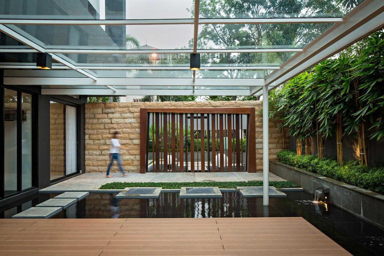 Foto inspirasi ide desain retail minimalis Pond oleh DP+HS Architects di Arsitag