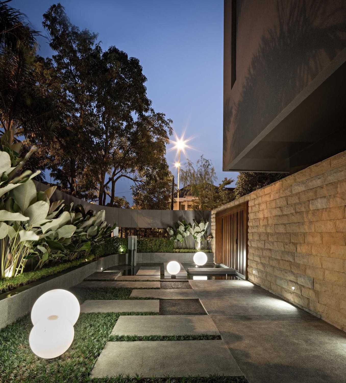 Foto inspirasi ide desain taman minimalis Terrace oleh DP+HS Architects di Arsitag