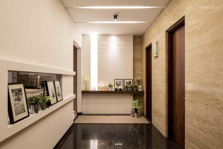 Foto inspirasi ide desain koridor dan lorong minimalis Corridor room oleh DP+HS Architects di Arsitag